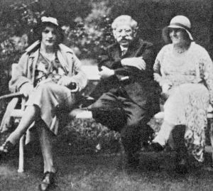 Magnus Hirschfeld and two cross-dressers, outside the Institute for Sexual Science.